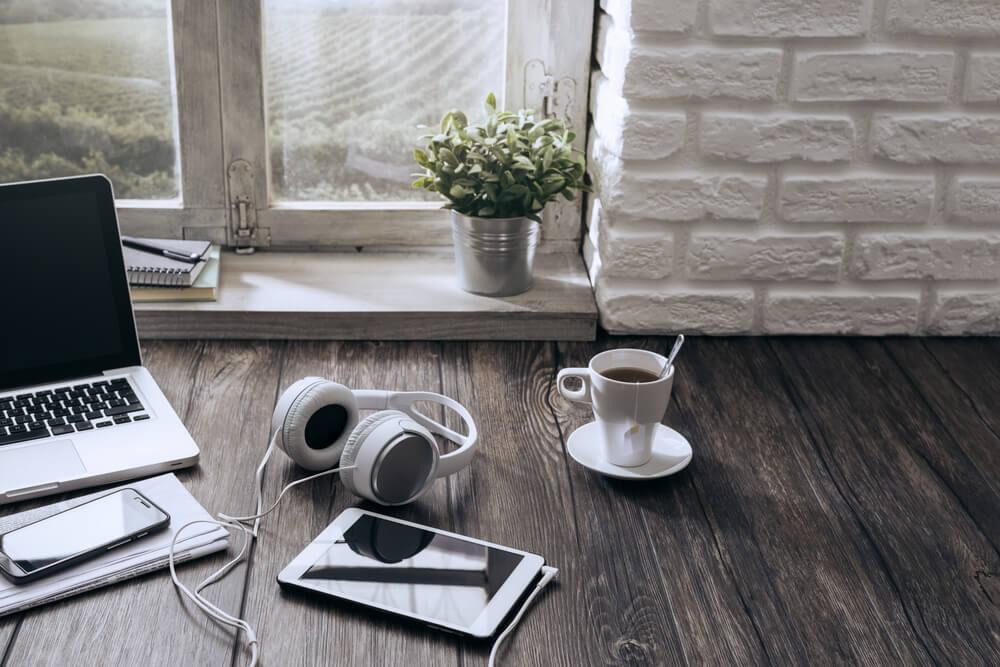mesa de home office com fone de ouvido