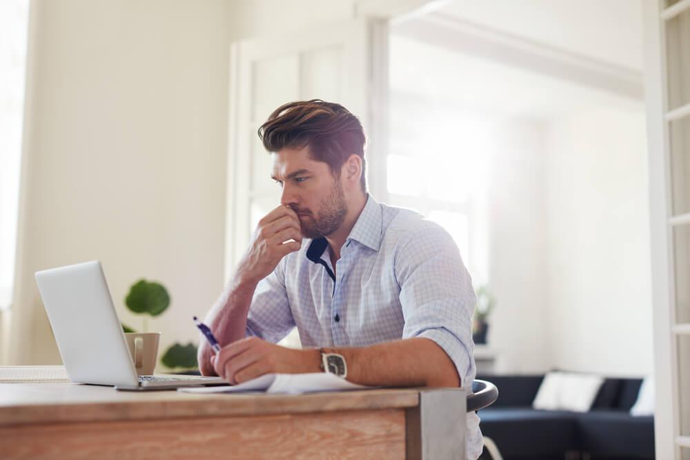profissional concentrado em home office