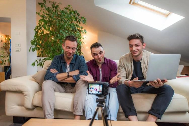 youtubers diferentes fazendo parceria para canal do aplicativo youtube