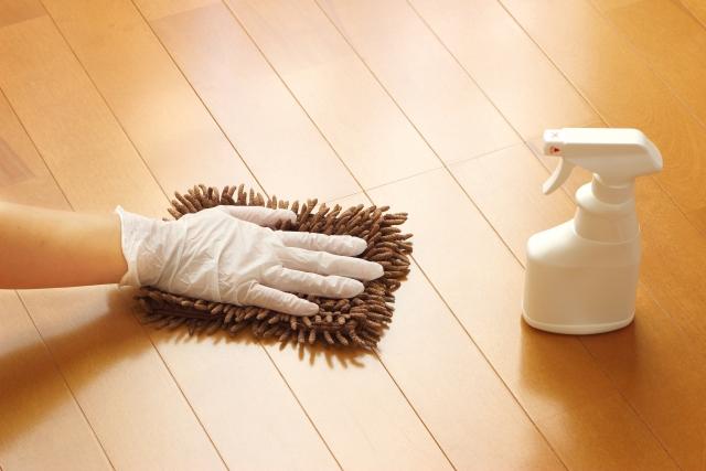 フローリングの足跡が消えない理由と掃除で消す方法つかなくする方法