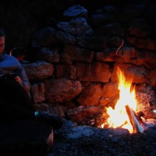 Stine kosar seg ved bålet