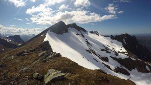 Grøthornet 1045 moh i front, Liahornet synest som ein liten dert i bakgrunnen