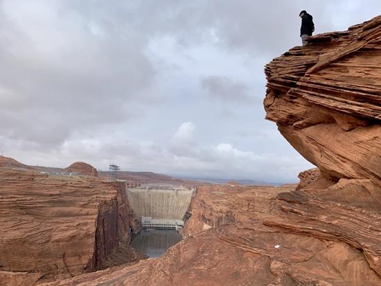 グレンキャニオンダム崖に立つ人