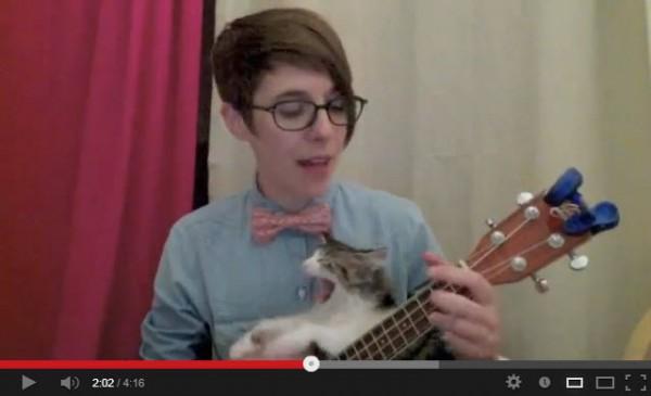 130716catplaying02 600x365 - お姉さんの演奏に割り込み、主役を奪う子猫(動画)