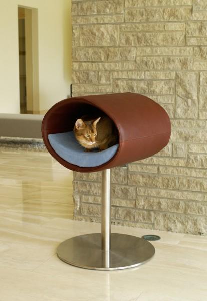 130903catbed 413x600 - 人と目が合う高さで眠れる、デザイナーズ猫ベッド