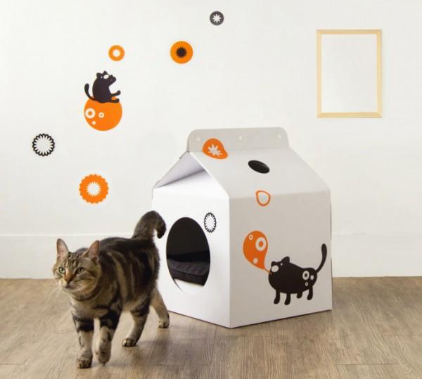 131021cathouse02 600x539 - ミルク好きにはたまらない、ミルクパック型猫ハウス