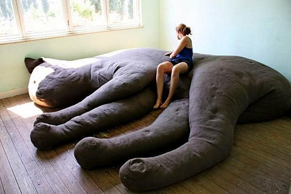 131026Giant Kitty Couch 03 - 猫のボテ腹に包まれて眠る、そんな夢が実現する猫形のソファ