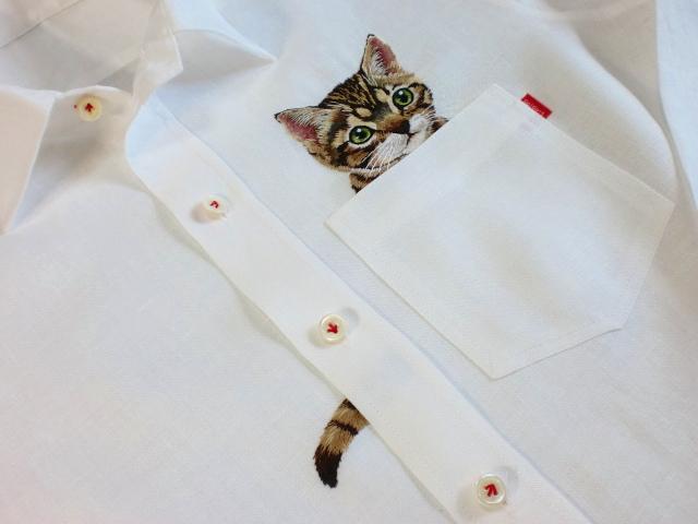 131128catshirt04 - かわいすぎる刺繍の猫、胸ポケットからひょっこり顔を出す