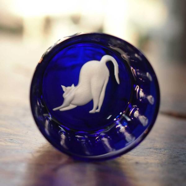 140403catglass01 600x600 - 切子のグラスで伸びる白猫、瑠璃色に映える
