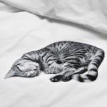 猫と一緒に夢を見る、そんな願いを叶えるベッドカバー