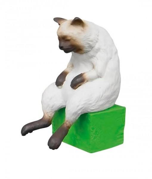 140716nekoze02 510x600 - 猫背をソフトに矯正する猫フィギュア、味わい深い表情で机上に佇む