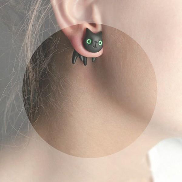 140723catpierce01 600x600 - 笑顔の黒猫ピアス、微笑みを浮かべながら頬を寄せる