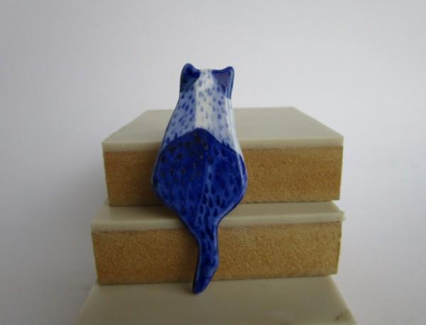140818catBroach02 600x458 - 背中で語る猫、青きブローチになる