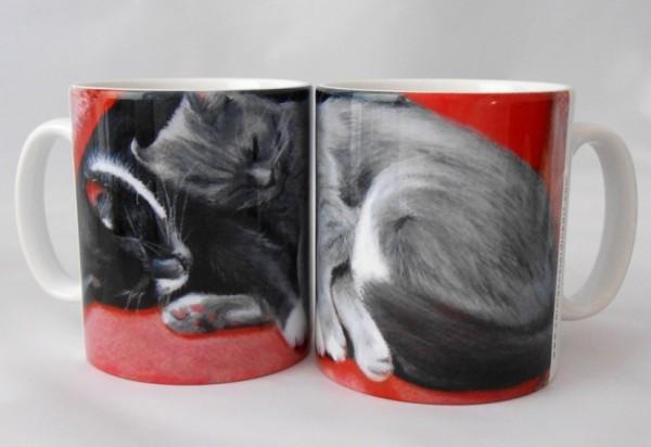 141008catmug 600x412 - 回しても並べても仲良く熟睡する、猫のマグカップ