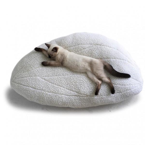 150211catbed01 600x600 - フワフワとした翼型の猫ベッド、飛び立つどころか骨抜きに