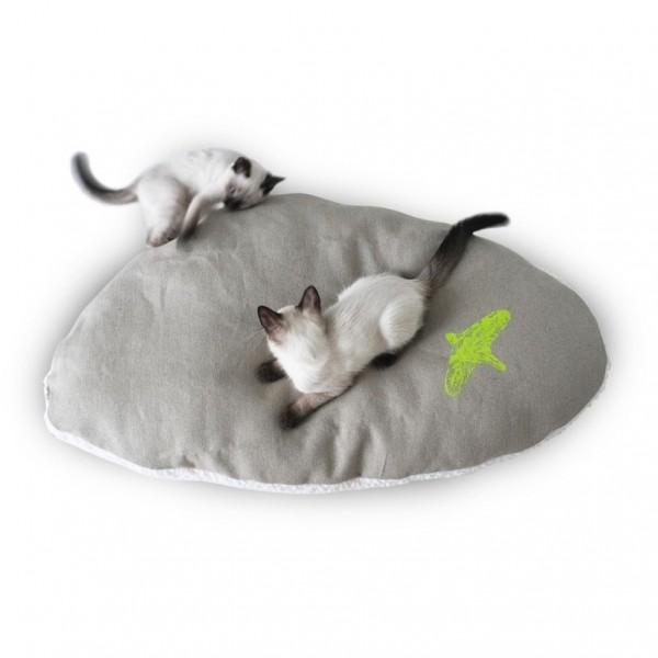 150211catbed02 600x600 - フワフワとした翼型の猫ベッド、飛び立つどころか骨抜きに