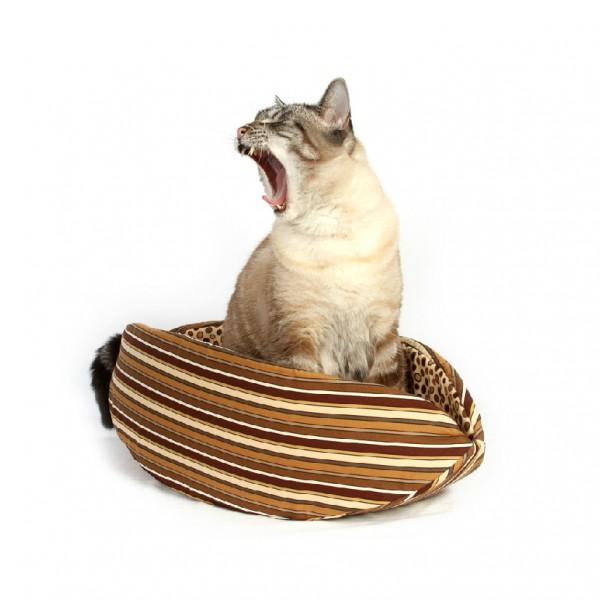150328CatCanoe 600x600 - カヌーの形の猫ベッド、あくびが出るほど居心地快適