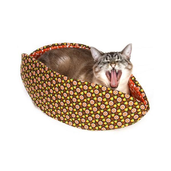 150328CatCanoe02 600x600 - カヌーの形の猫ベッド、あくびが出るほど居心地快適