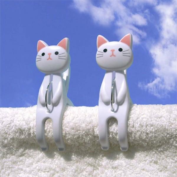 150516catbasami 600x600 - 青空をバックに腰を掛ける猫、洗濯物が乾くまで