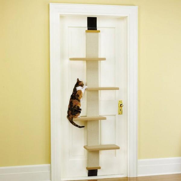 151011doorcatclimertree 600x600 - 扉を猫の遊び場に、省スペースキャットタワー