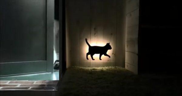 161107wallcatlight 600x316 - 照らされて壁に浮かぶよ黒猫ライト、足音察して闇を照らして