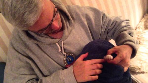 170529catclawtrimming 600x338 - 爪切り嫌がる猫向けハウツー、タオルでくるんで頭も隠して