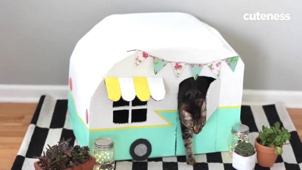 170719cathouse 600x338 - 段ボールでもここまでかわいく、ひと手間加える猫ハウスの作り方