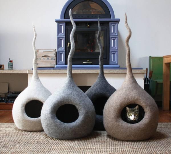 180918catbed01 600x540 - イタリー製の手作りフェルト猫ベッド、人魂ならぬ猫魂デザイン