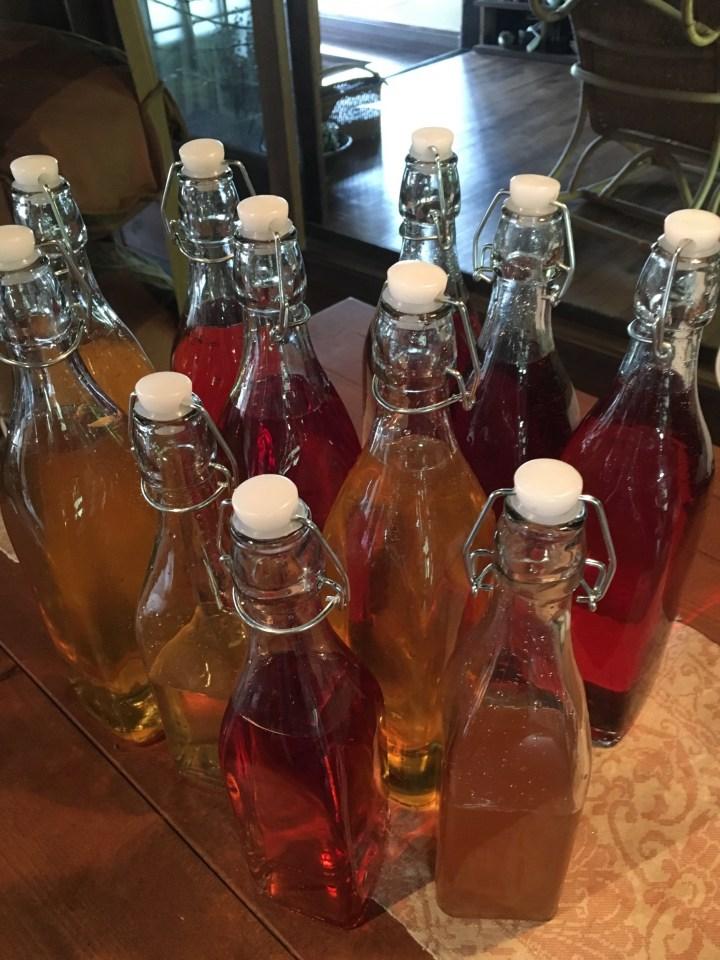 機械栓のガラス瓶に詰めたすもも酒と柚子酒