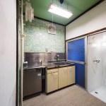キッチンには業務用の冷蔵庫があります。ガスコンロ設置可能。右奥がシャワールーム。(キッチン)