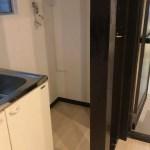 台所横の洗濯機置き場。手前に柱があるため、持ち上げて洗濯機を入れる必要があります。