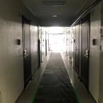 お部屋のある共用廊下。工事のため床にシートが敷かれていました