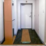 洋室側から見た玄関の様子。床に養生シートが敷いてあります