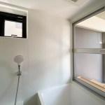 お風呂に小さな窓もあります