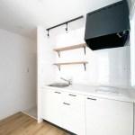 キッチン。左側は玄関
