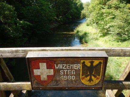 Kurz nach dem Start in Stühlingen: Eine Grenzbrücke über die Wutach bei Stühlingen