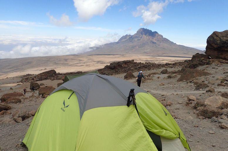 Mein Zelt an der School Hut auf 4800m - Leider ist es nur kurz in Benutzung, denn der Aufstieg auf den Kibo-Gipfel beginnt um 23:00!