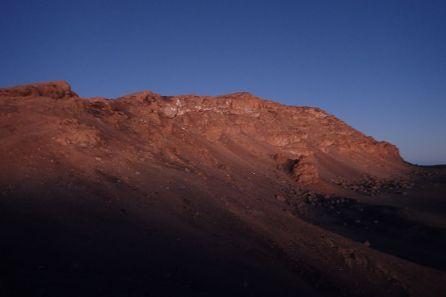 Es gibt erste Blicke auf den Uhuru Peak: Knapp eine Stunde später, kurz hinter dem Stellar Point (5756m), ist es schon deutlich heller...