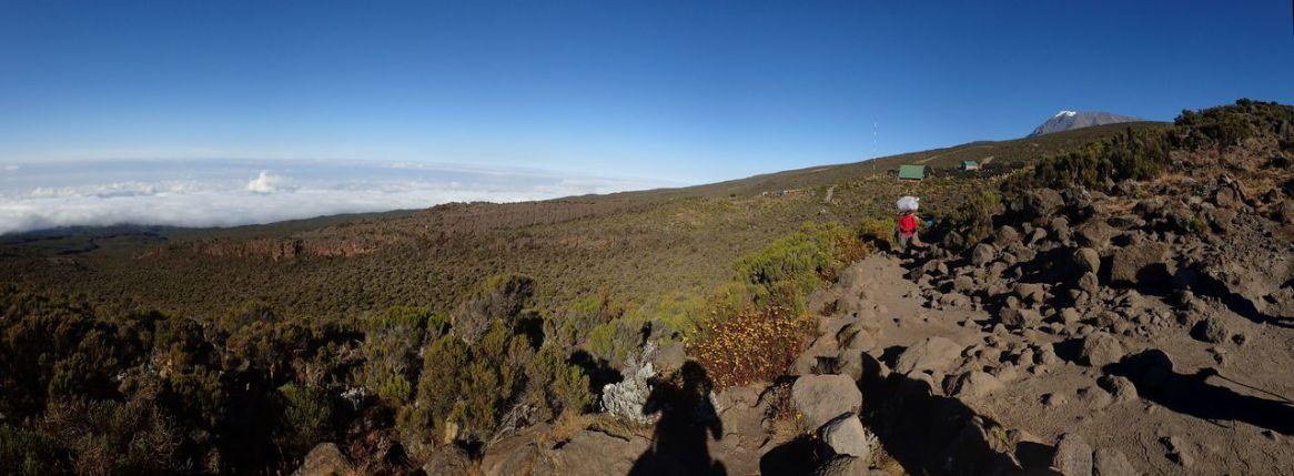 Am nächsten Tag geht es weiter ins Tal, Blick zurück auf die Horombo Hut und den Kibo