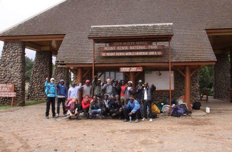 Am Sirimon-Gate auf 2200 m geht unsere Wanderung mit 11 Trägern einem Koch und drei Guides los