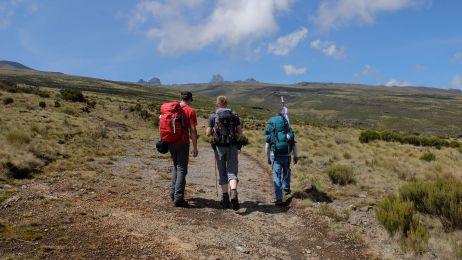 Kurz hinter dem Old Moses Camp: Die ersten Gipfel kommen ins Bild: Vlnr: Teleri, Batian, Nelion