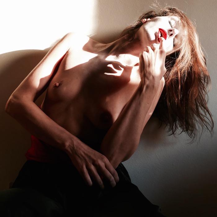 naakte vrouw wit gezicht rode lippen