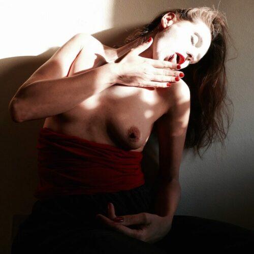naakte vrouw likt aan vinger
