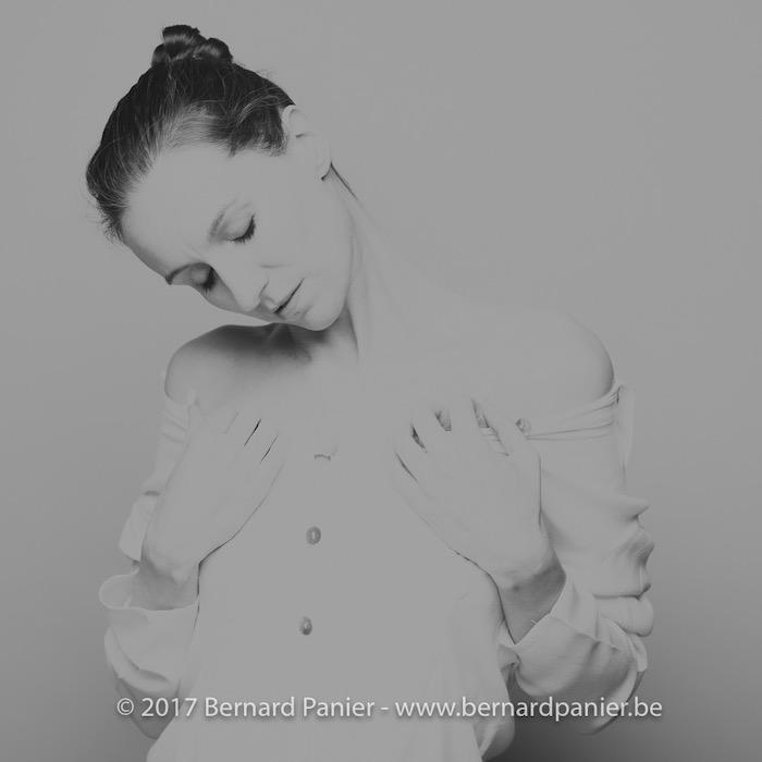 vrouw met dotje en wit shirt