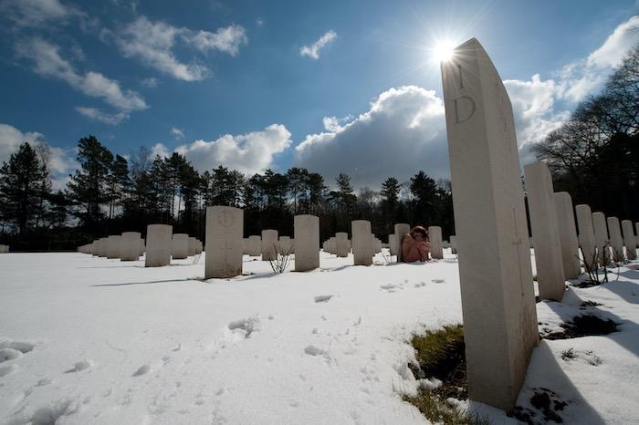 naakte vrouw op kerkhof in de sneeuw