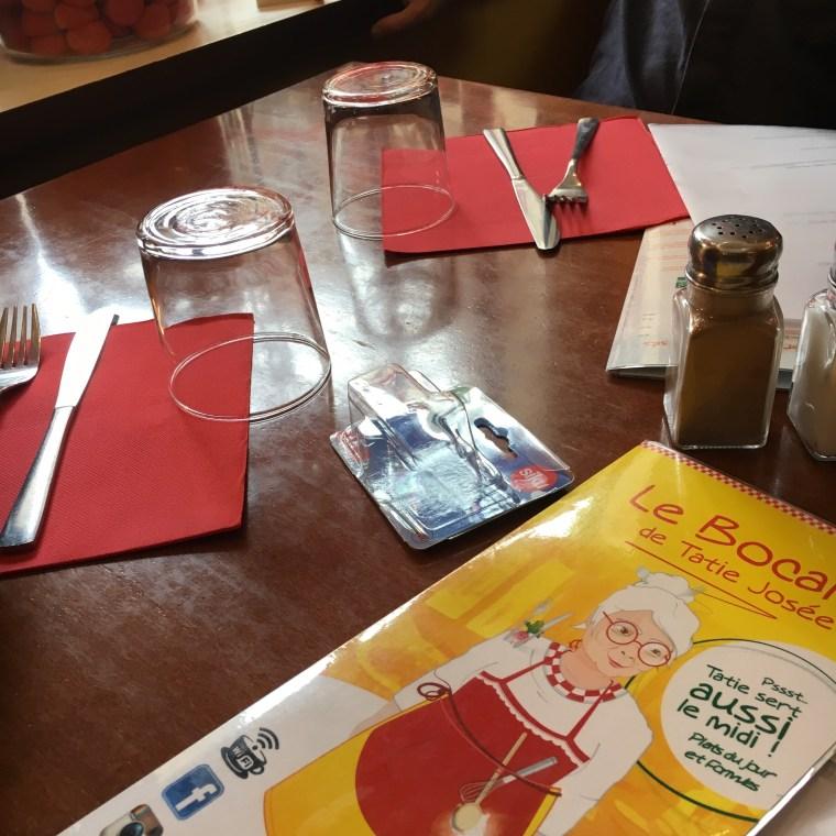 Un resto en famille - Le Restaurant le bocal de Tatie Jose a Bordeaux - Blog Bordeaux - Ne le dites a personne. Tiens, et si on se faisait un p'tit restaurant à bordeaux, tous les 4 ? Je vous raconte cette aventure et nos péripéties, en réponse à l'appel de l'instagrameuse @haut_les_nains et son challenge #mabestphoto2017 sur Instagram ! Ici, une table du restaurant bordelais !! A lire sur le blog maman Bordeaux Ne le dites à Personne !