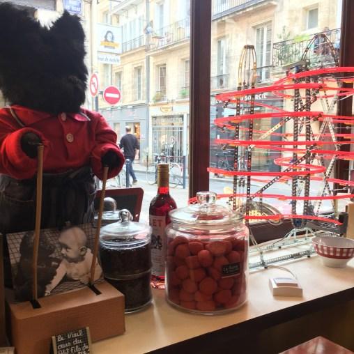 Un resto en famille - Le Restaurant le bocal de Tatie Jose a Bordeaux - Blog Bordeaux - Ne le dites a personne. Tiens, et si on se faisait un p'tit restaurant à bordeaux, tous les 4 ? Je vous raconte cette aventure et nos péripéties, en réponse à l'appel de l'instagrameuse @haut_les_nains et son challenge #mabestphoto2017 sur Instagram ! Ici, l'incroyable vitrine du restaurant bordelais !! A lire sur le blog maman Bordeaux Ne le dites à Personne !