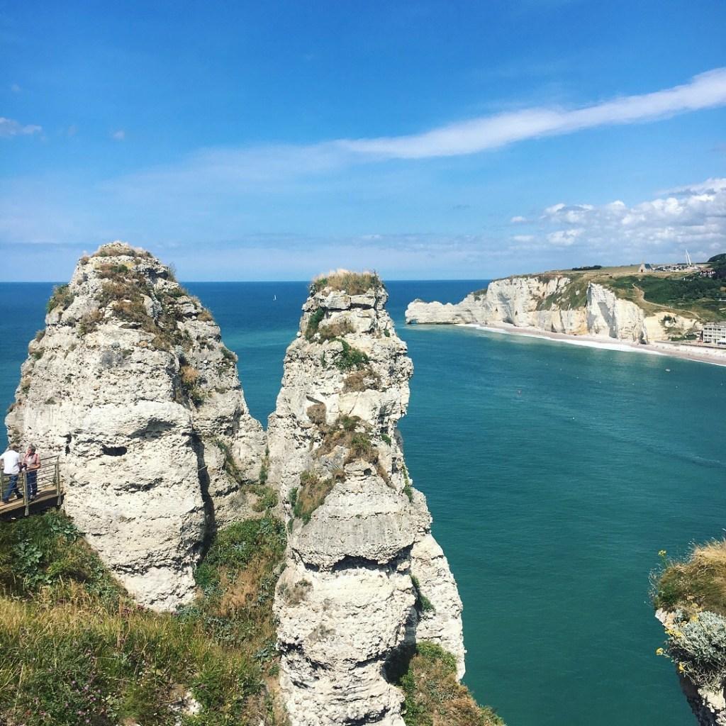 la vue depuis les falasies d Etretat falaises _vacances normandes visiter la Normandie en famille - Blog famille et grossesse Ne le dites a personne #falaisesdetretat #Etretat #visiterEtretat #vacancesennormandie #normandie #vacancesenfamille
