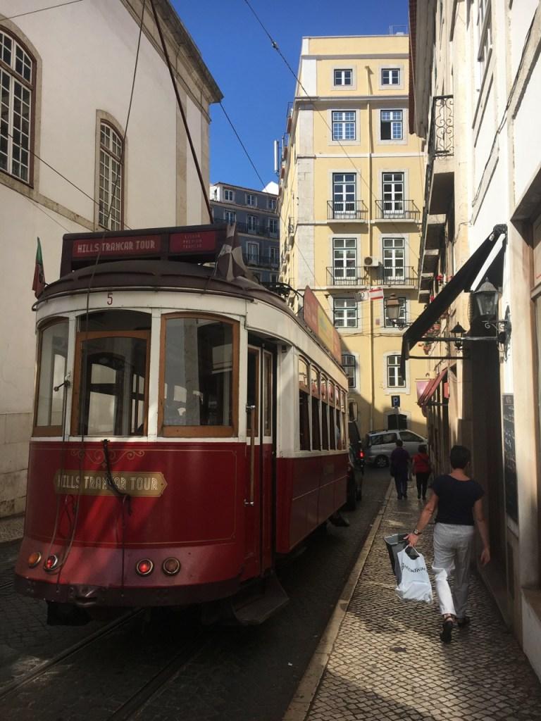 Le tramway Lisbonne_Typique_Meilleures destinations en vol direct depuis l'aéroport de Bordeaux _ Lisbonne au Portugal - Blog Bordelais Ne le dites a personne #lisbonne #portugal #tramway #vintage #weekendalisbonne #bordeaux #blogbordelais