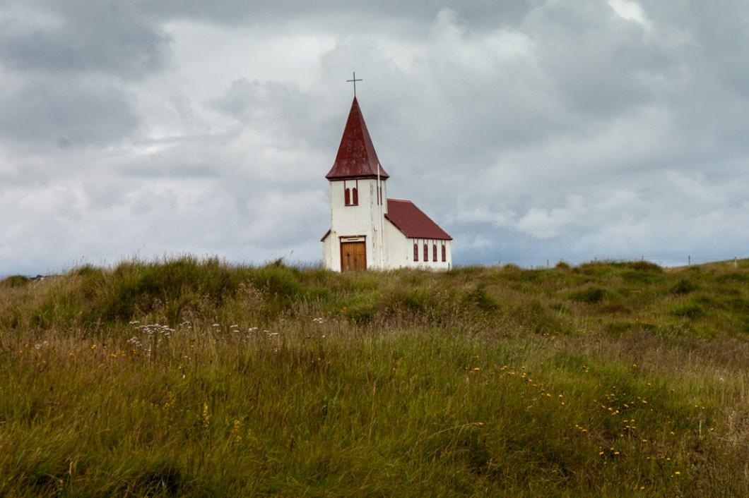 Foto einer Kirche in Hellnar, Island